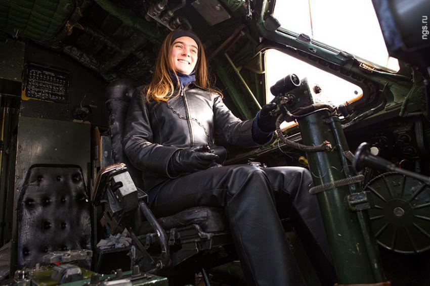 Хрупкая девушка в одиночку восстанавливает реактивный самолет Ту ...