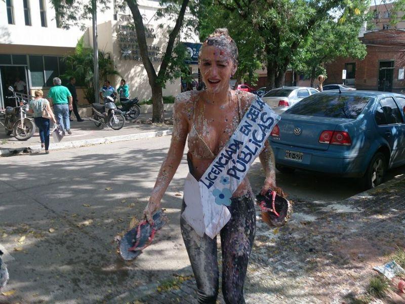 Как аргентинских девушек поздравляют с получением диплома фото   выпускниц с получением диплома В девушек бросаются яйцами цветами собачьей едой специями маслом и вообще всем чем заблагорассудится